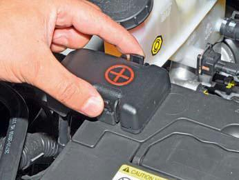 Снятие аккумуляторной батареи Хендай Солярис
