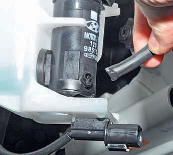 Снятие бачка омывателя, насоса омывателя и датчика уровня омывающей жидкости Hyundai Solaris