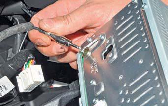 Снятие головного устройства системы звуковоспроизведения Hyundai Solaris