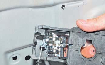 Снятие внутренней ручки передней двери Hyundai Solaris