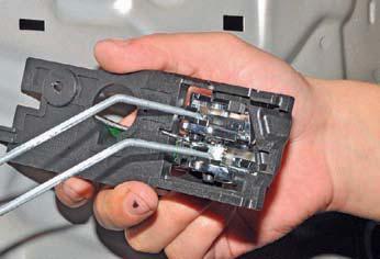Снятие внутренней ручки задней двери Hyundai Solaris