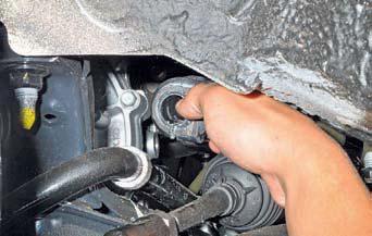 Замена подушек штанги стабилизатора поперечной устойчивости, снятие штанги Хендай Солярис
