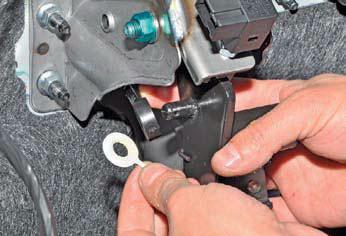 Снятие главного цилиндра гидропривода сцепления и педального узла сцепления Хендай Солярис