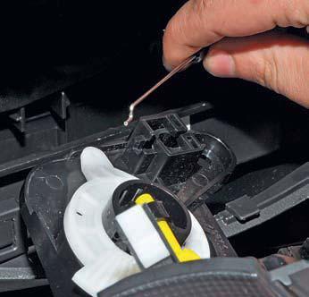 Снятие блока управления отоплением, вентиляцией и кондиционированием воздуха Hyundai Solaris