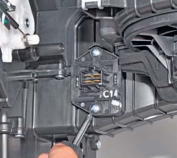 Снятие дополнительного резистора вентилятора отопителя Hyundai Solaris
