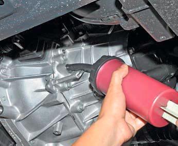 Проверка уровня масла в механической коробке передач Хендай Солярис