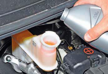 Проверка уровня жидкости в бачке гидроприводов тормозной системы и сцепления Хендай Солярис