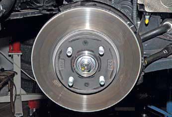 Снятие диска тормозного механизма переднего колеса Хендай Солярис