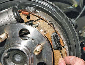 Замена колодок тормозных механизмов задних колес Хендай Солярис